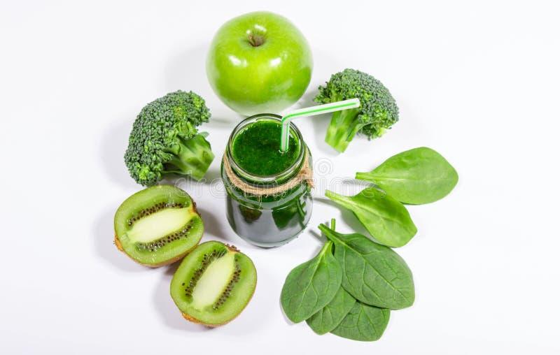 Bantningcoctail av gröna grönsaker och frukter royaltyfri bild