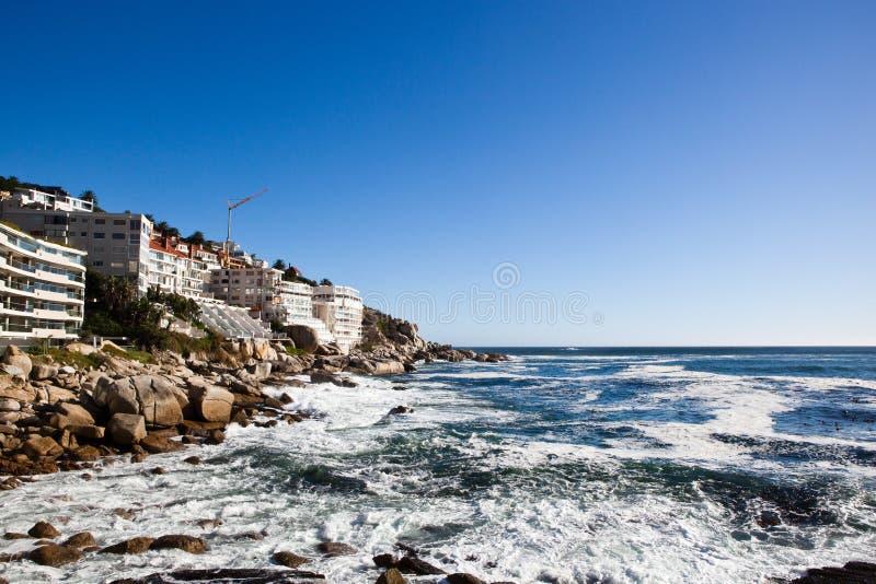 Bantrybaai, wateronderbrekingen op kust in Cape Town Beroemde wijngaard Kanonkop dichtbij schilderachtige bergen bij de lente stock afbeeldingen
