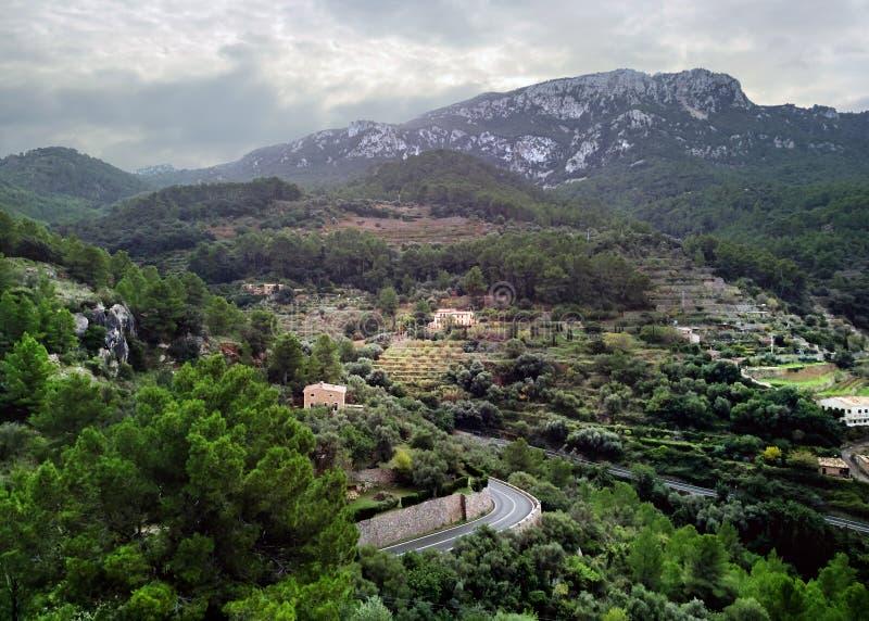 Banyalbufar stad som omges av Tramuntana berg majorca spain arkivbild