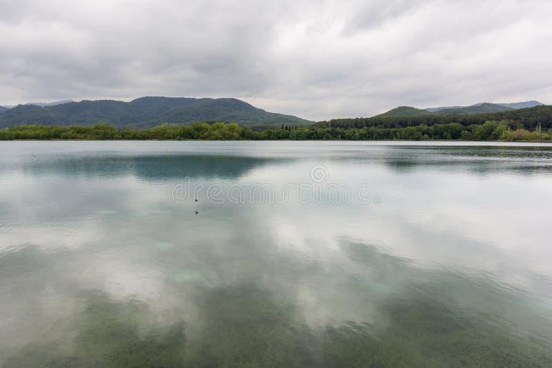 Banyoles See mit bewölktem Himmel in Spanien stockbilder