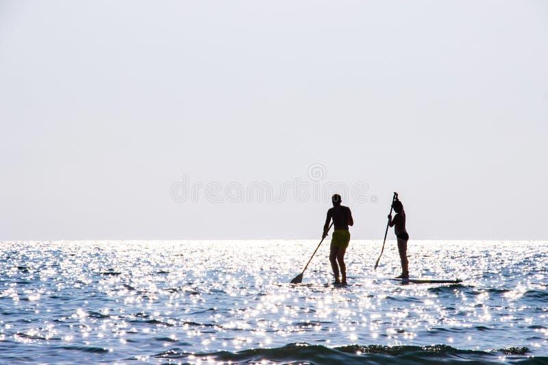 Bao kayaking de coup du secteur ao de mer de touristes beau à l'île Trat, Thaïlande de Koh Kood images stock
