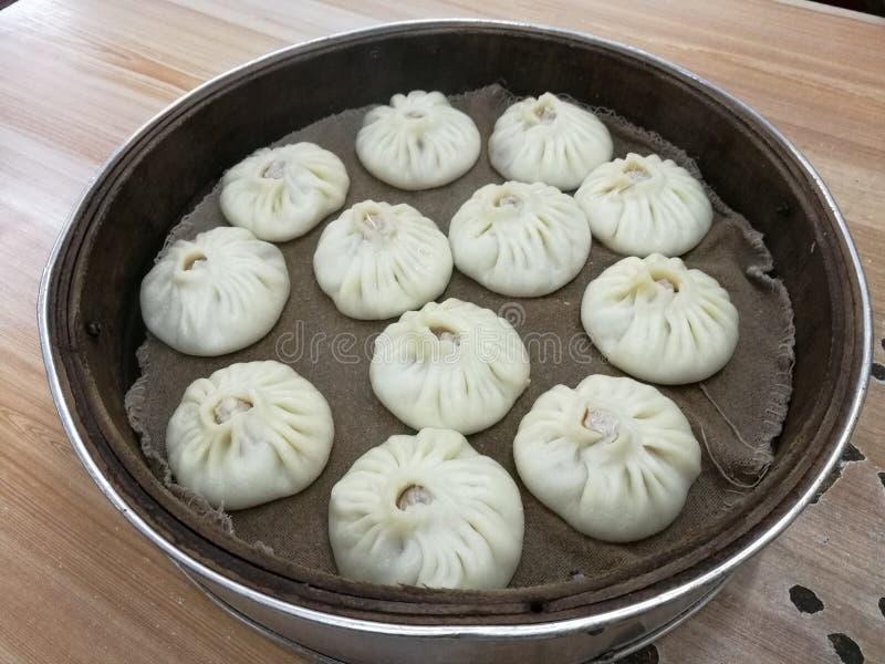 Bao longo de Xiao na cesta de bambu, bolinha de massa com sopa, alimento local do chinês tradicional fotografia de stock