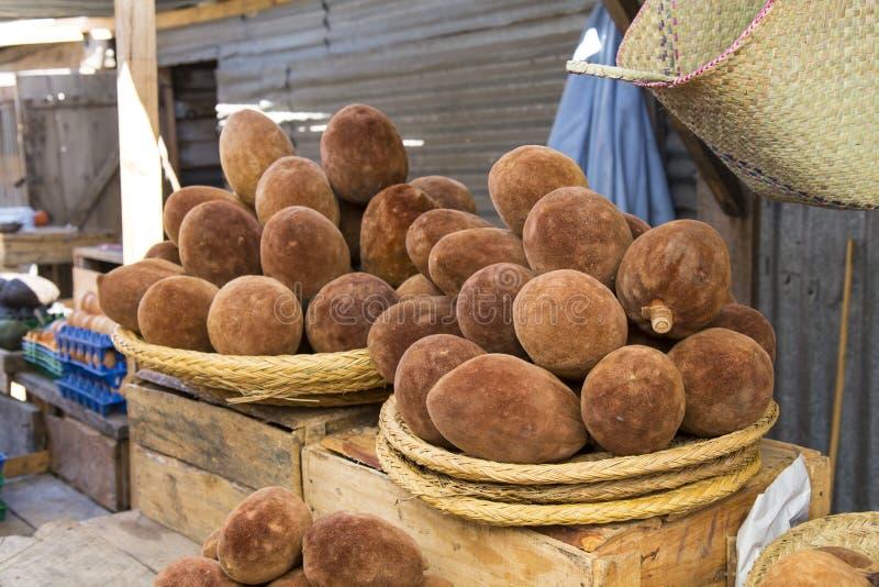 Baobabvruchten in manden stock afbeelding