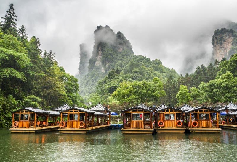 Baofeng湖小船旅行在与云彩和薄雾的一个雨天在武陵源,张家界,湖南,中国, 图库摄影
