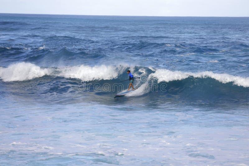 Baorder della pagaia nella concorrenza praticante il surfing di giro del mondo di APP immagini stock