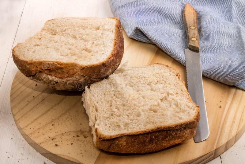 Bap découpé en tranches de petit déjeuner sur un conseil en bois photo stock