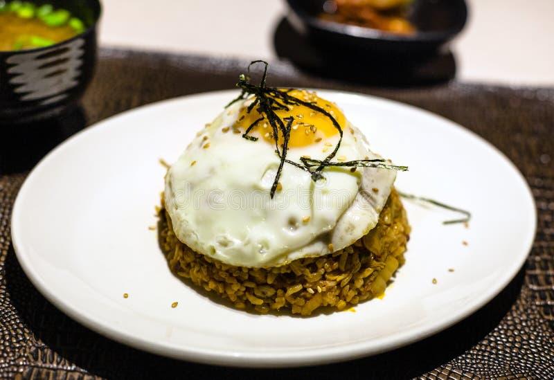 Bap de bokkeum de Kimchi du plat blanc sur la table photographie stock libre de droits