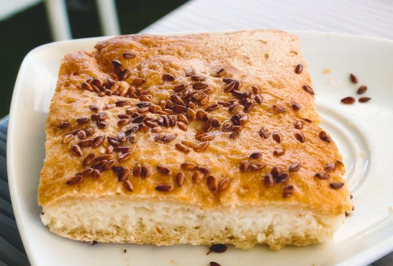 Bap libre cuit au four frais de pain de gluten arrosé avec des graines photographie stock libre de droits