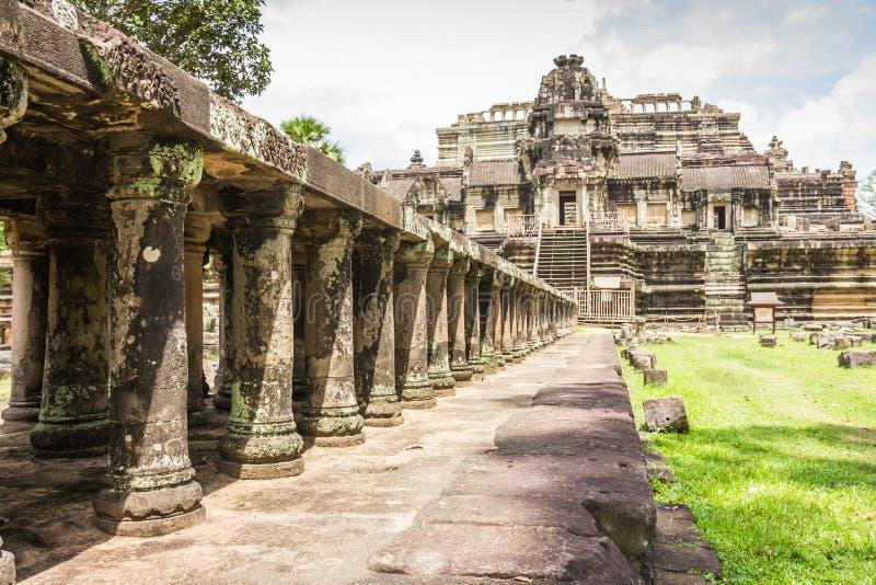 Baphuon tempel - Angkor Thom i Cambodja royaltyfria bilder