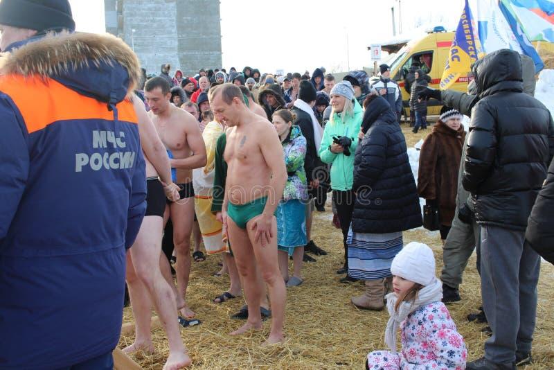 Baptême orthodoxe de vacances en Russie une foule de plongeon nu de personnes dans l'eau glaciale en hiver Novosibirsk le 19 janv images stock