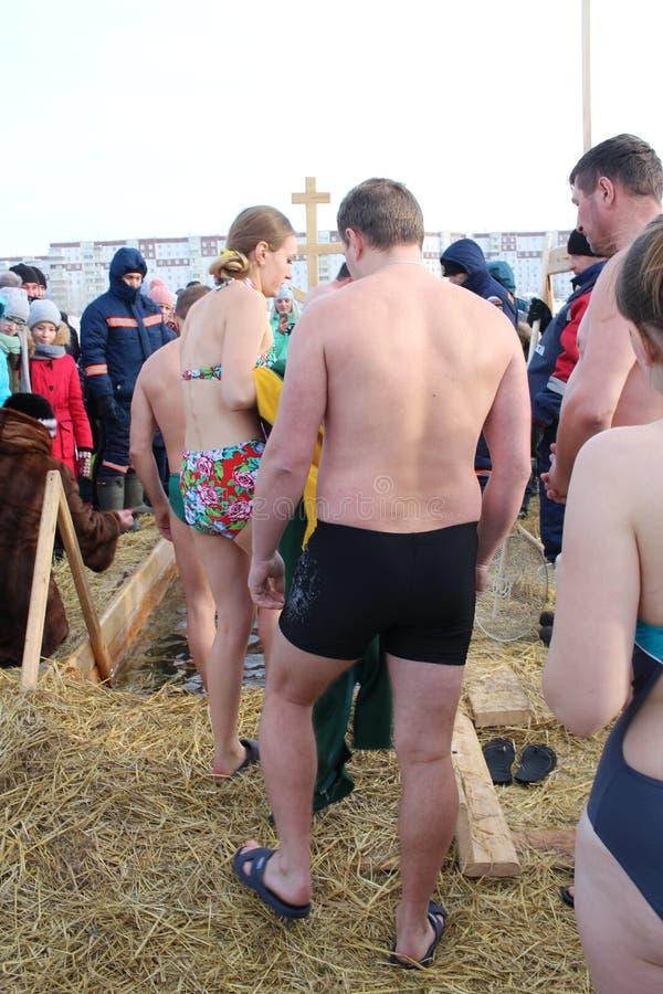 Baptême orthodoxe de vacances en Russie une foule de plongeon nu de personnes dans l'eau glaciale en hiver Novosibirsk le 19 janv photographie stock libre de droits