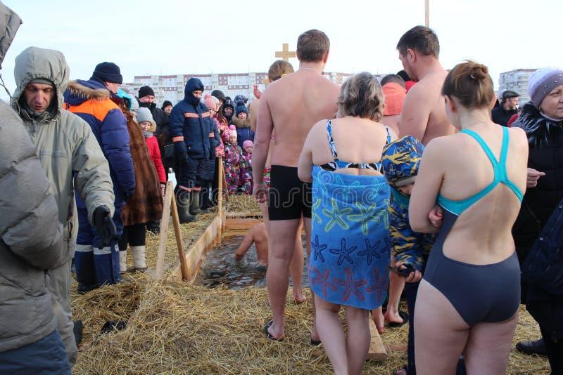 Baptême orthodoxe de vacances en Russie une foule de plongeon nu de personnes dans l'eau glaciale en hiver Novosibirsk le 19 janv photos stock