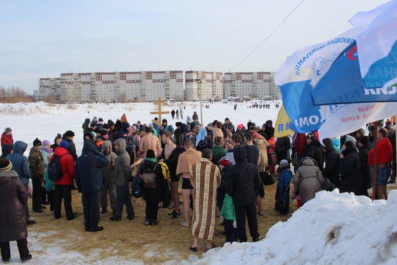 Baptême orthodoxe de vacances en Russie une foule de plongeon nu de personnes dans l'eau glaciale en hiver Novosibirsk le 19 janv photo libre de droits