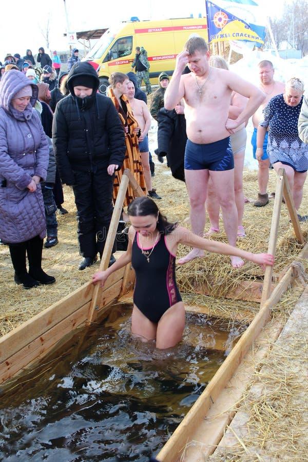 Baptême orthodoxe de vacances en Russie une foule de plongeon nu de personnes dans l'eau glaciale en hiver un homme Novosibirsk l image libre de droits