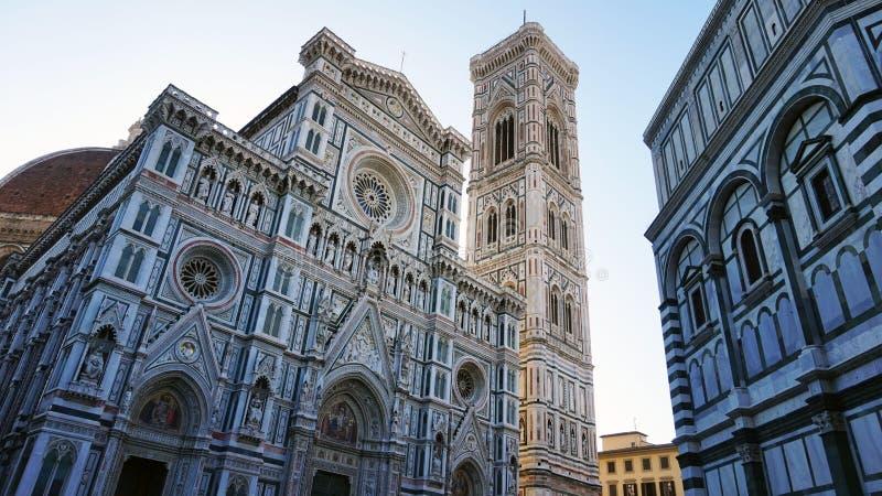 Baptistery av San Giovanni och basilikadina Santa Maria del Fiore med klockan för Giotto campaniletorn och den Brunelleschi kupol arkivfoton