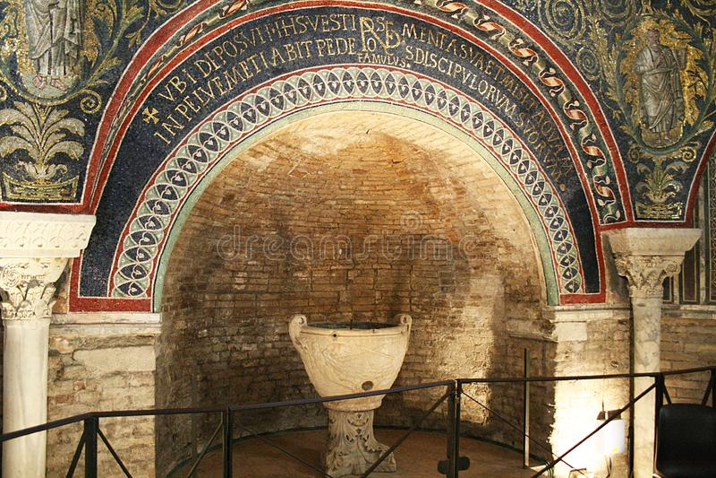 Baptistery de Neonian imagens de stock