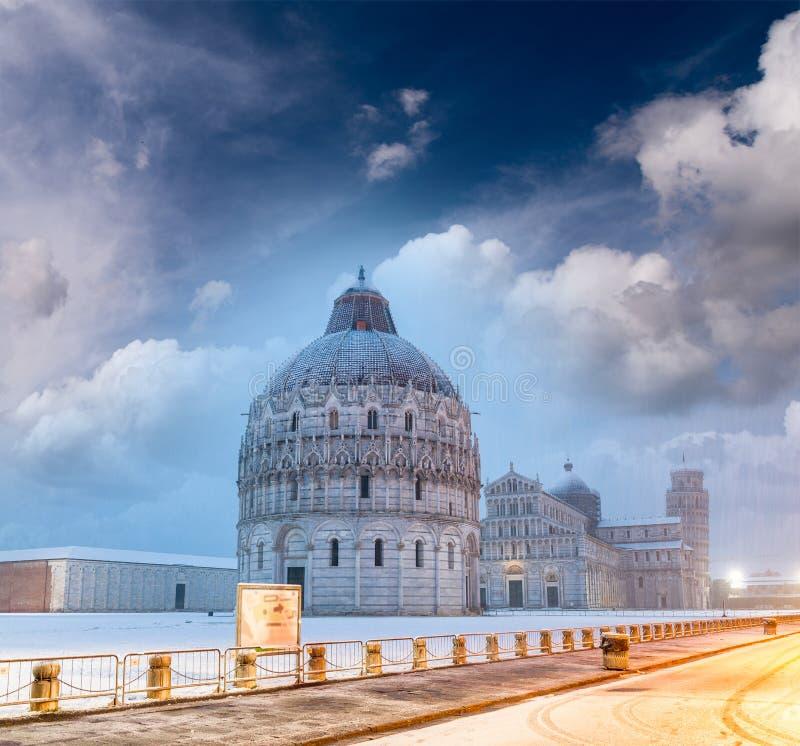 Baptistery de Pisa após uma queda de neve do inverno no por do sol Quadrado de fotografia de stock