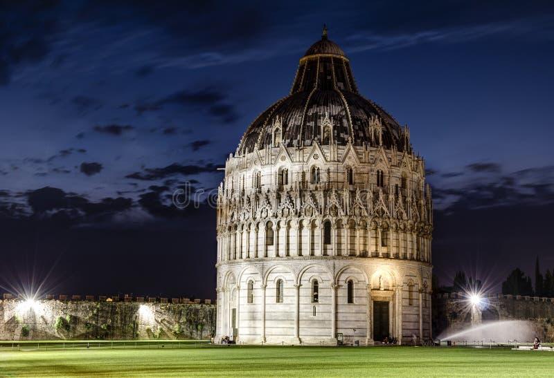 Baptistery de Pisa na noite fotos de stock