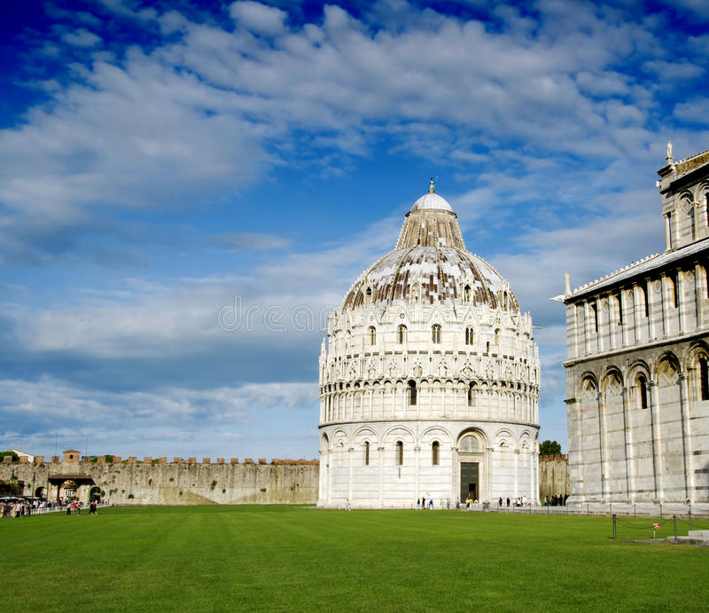 Baptistery em Pisa imagens de stock royalty free
