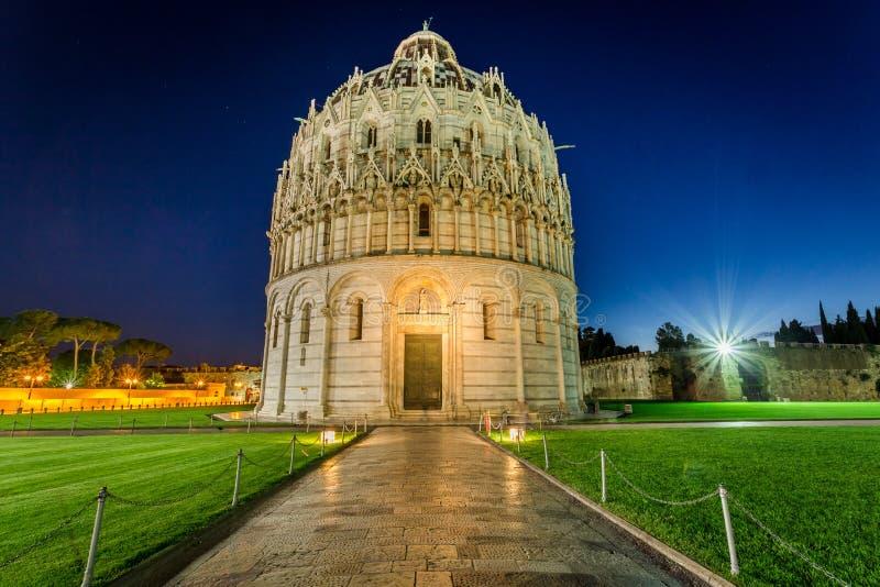 Baptistery i Pisa på natten royaltyfria bilder