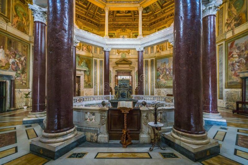 Baptistery San Giovanni de Lateran em Fonte perto da basílica de St John em Roma, Italia fotos de stock