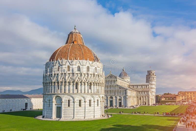 Baptistery, torre inclinada em um dia ensolarado em Pisa, Itália fotografia de stock royalty free