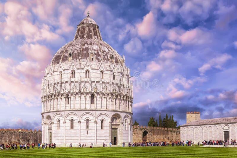 Baptistery van Pisa van St John in Piazza dei Miracoli dichtbij stock foto's