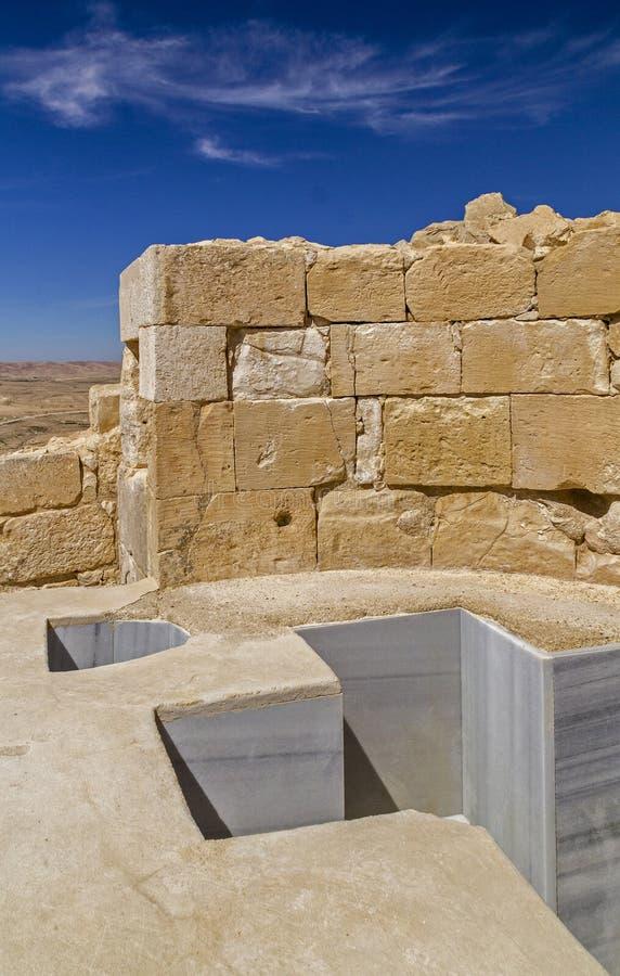 Baptistmalkruis Gestalte gegeven Doopvont in de Oude Nabataean Regeling van Avdat stock fotografie