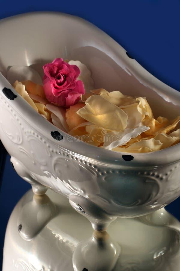 Baquet de Bath avec les pétales roses photo stock
