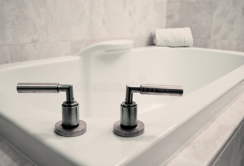 Download Baquet Simple De Salle De Bains Photographie stock - Image: 5630722