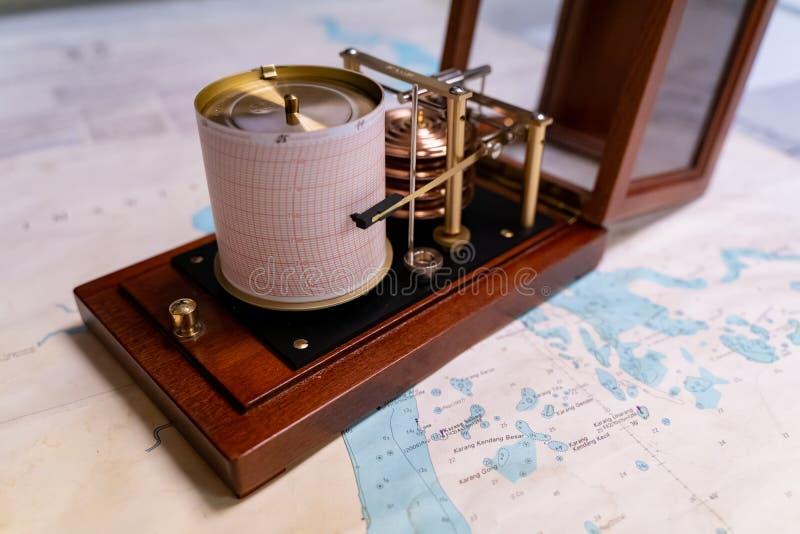 Barógrafo marinho do vintage com posição aberta da tampa em uma carta navegacional foto de stock royalty free