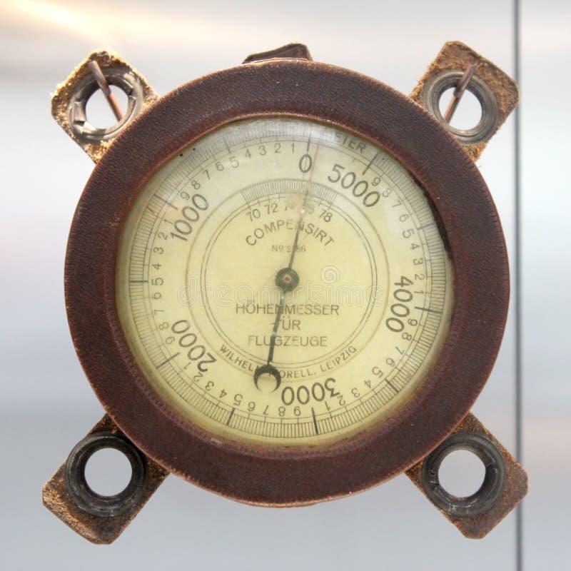 Barómetro alemán del altímetro del viejo vintage con basado en un fondo blanco, metro 0-5000 imágenes de archivo libres de regalías