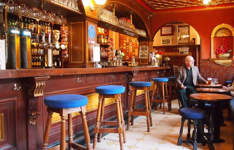 Bar anglais démodé intérieur images libres de droits