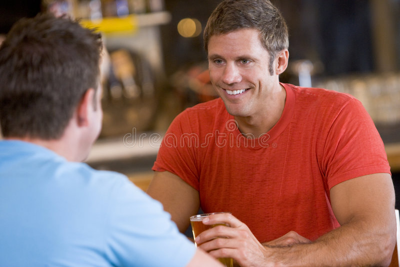 bar beer men over talking two στοκ εικόνες με δικαίωμα ελεύθερης χρήσης
