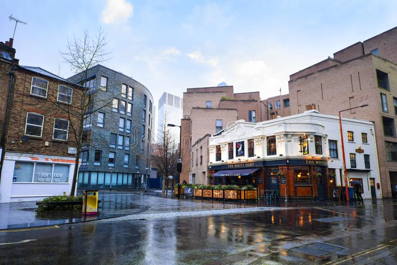 Bar branco do cervo em Southwark, Londres, após uma chuva curto Vista larga do exterior bonito do bar e do céu azul brilhante fotografia de stock