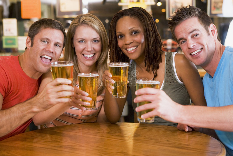 bar camera friends group toasting young στοκ φωτογραφία με δικαίωμα ελεύθερης χρήσης