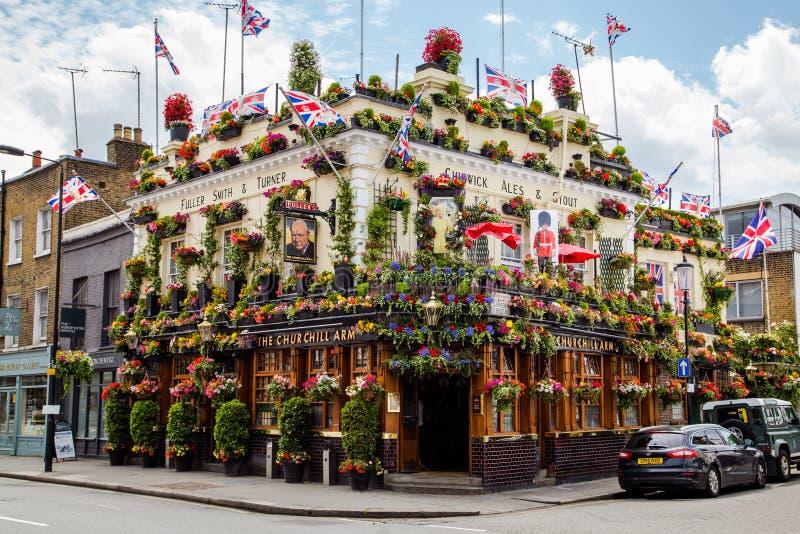 Bar coberto nas flores em Londres fotos de stock royalty free