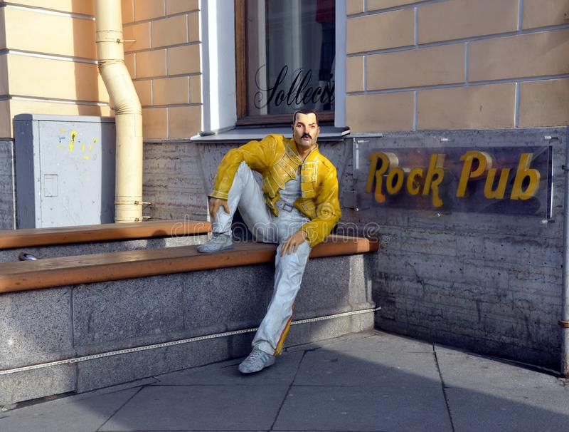 Bar da rocha com escultura de Freddie Mercury fotos de stock royalty free