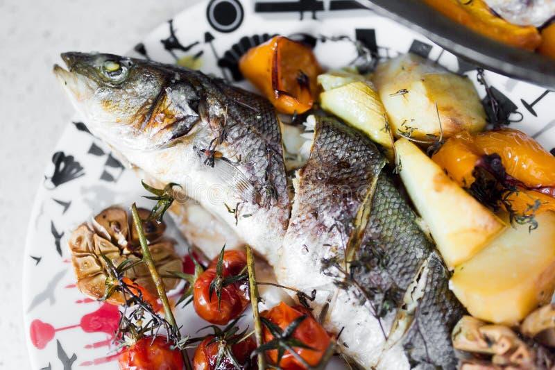 Bar de mer avec des légumes photographie stock libre de droits