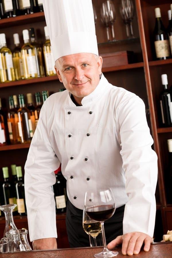 Bar de vin de cuisinier de chef restant le restaurant confiant photos stock