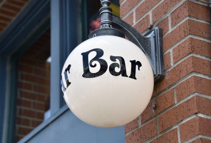 Bar dla porcji koktajle, piwo i jedzenie, obrazy stock