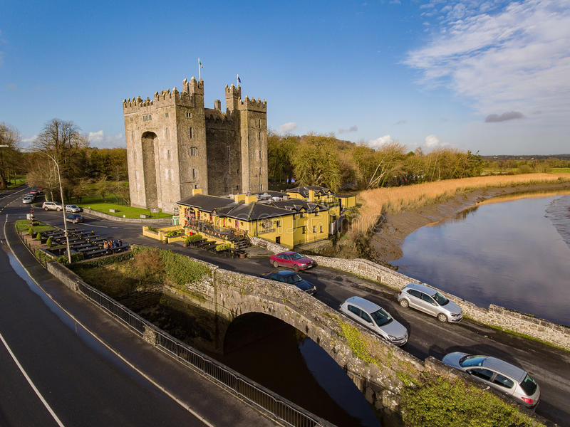 Bar do ` s do castelo e do Durty Nelly de Bunratty, Irlanda - 31 de janeiro de 2017: Ideia aérea do ` s da Irlanda a maioria de b fotografia de stock royalty free