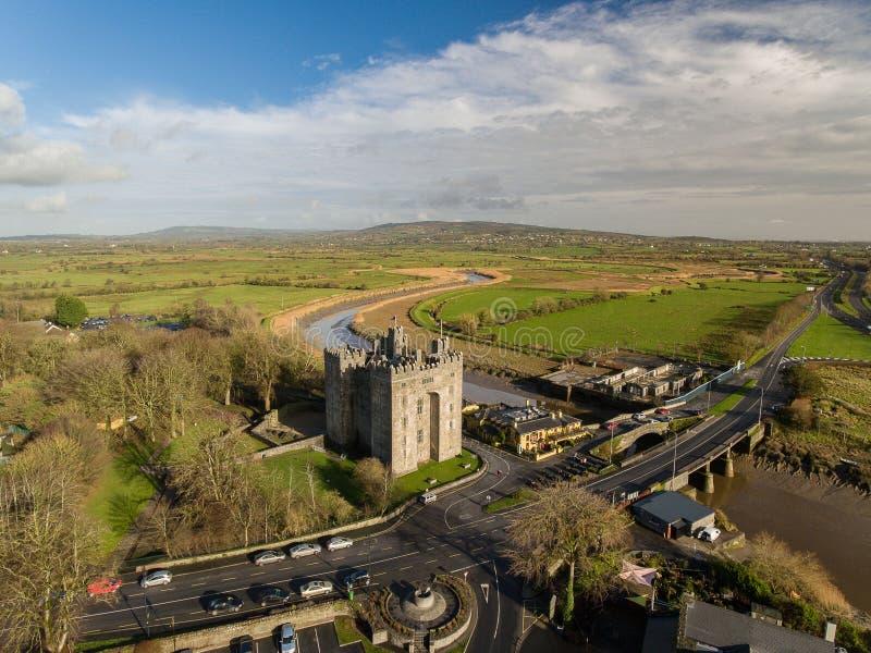 Bar för Bunratty slott- och Durty Nelly ` s, Irland - Januari 31st 2017: Flyg- sikt av mest berömda slotten för Irland ` s den oc royaltyfria bilder