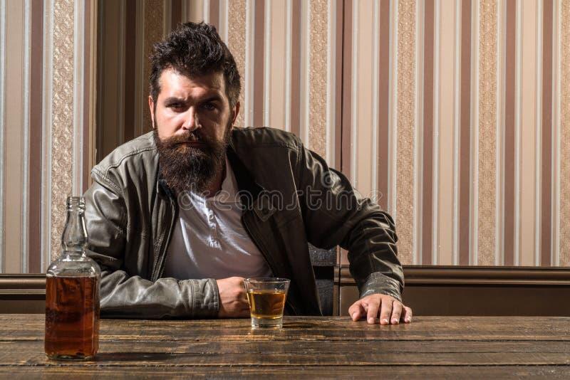 Bar grote plaats om pret te drinken en te hebben Het brutale hipster ontspannen Hipster het ontspannen bij bar Mens met baardzitt royalty-vrije stock fotografie