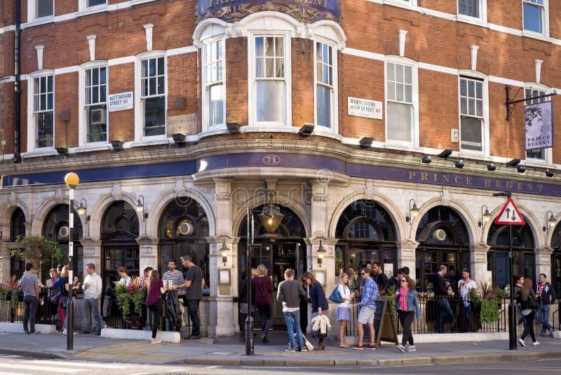 Bar, Hoofdstraat Marylebone, Londen Engeland stock afbeeldingen