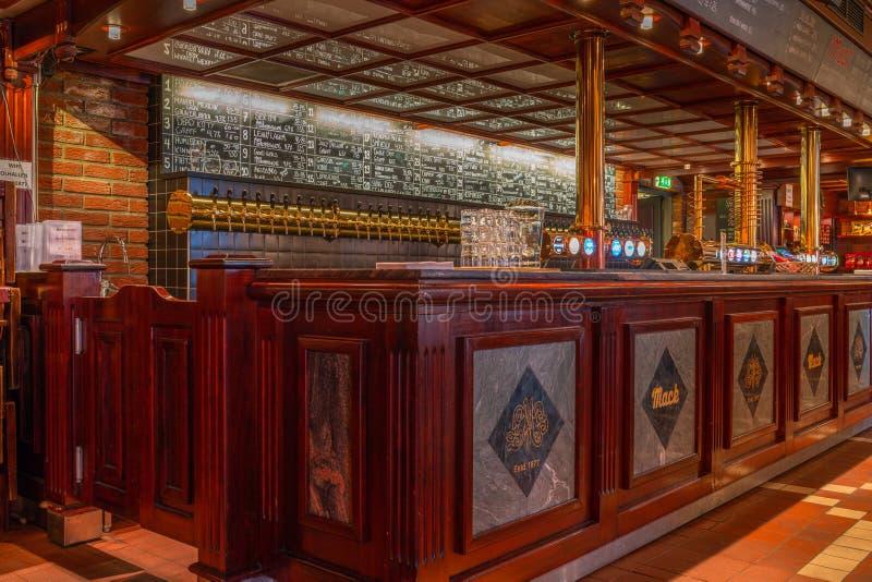 Bar interno do ` de Olhallen do ` em Tromso, Noruega fotos de stock royalty free