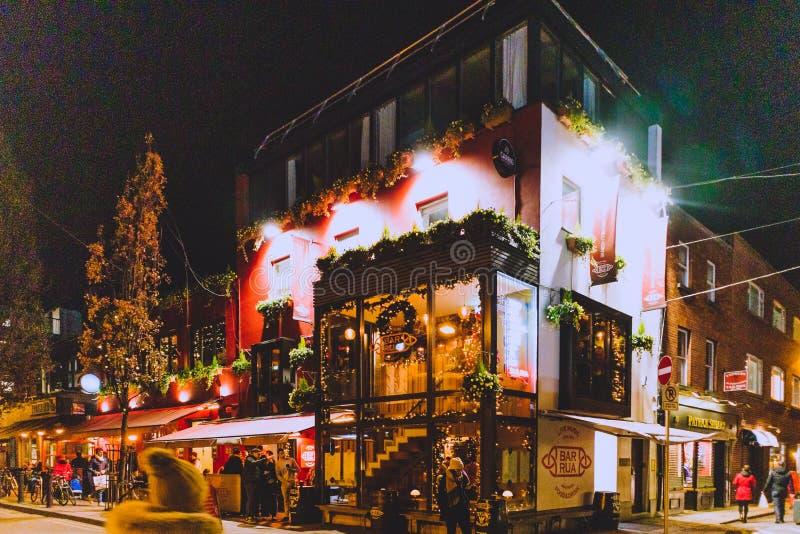 Bar irlandês com as decorações do Natal no centro de cidade de Dublin imagens de stock