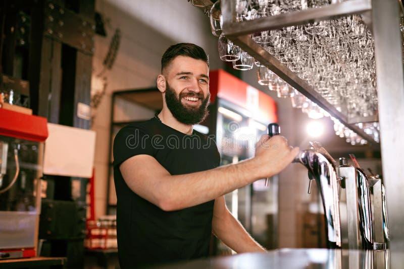 Bar-Kneipe Männlicher Barmixer-Standing At Bar-Zähler stockfotografie