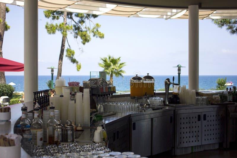Bar met alcoholische dranken en bevereges op het strand stock afbeelding