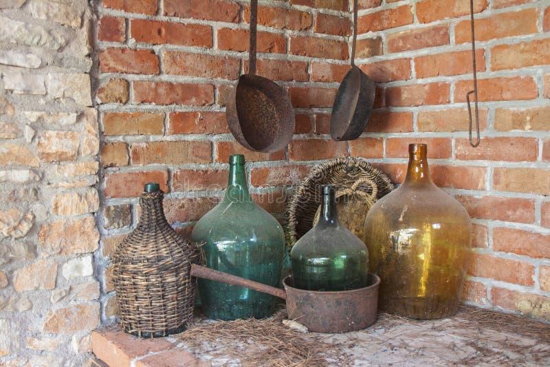 Bar met Oud Dusty Bottles royalty-vrije stock afbeeldingen